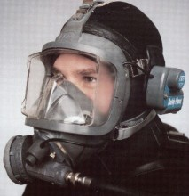 The Divator mask here, is fitted with its unique communication system, which uses sonar waves to carry audible sound signal, then converting it to RF signal, for amplification and onward transmission. The communicator is an accessory and is not included with the price of the mask. You will also need to select a suitable supply hose. READ THE INSET PANEL FOR A CLEAR LOOK AT THE OPTIONS AND SPECIFICATIONS.